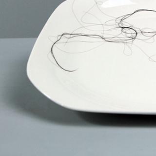 Emmanuelle Jenny - art contemporain - cheveux - assiette porcelaine détournement